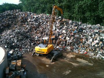 Pelleteuse ramassant des déchets ferreux