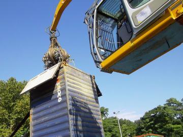 Ferraille placée dans un container de transport