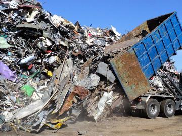 camion déchargeant de la ferraille destinée au recyclage