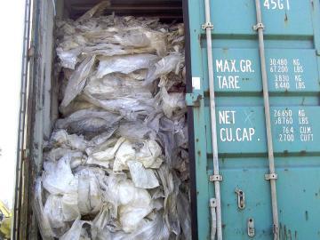 déchets plastiques dans une benne